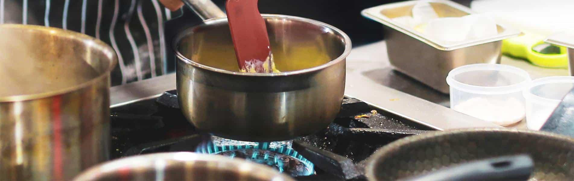 ΕΠΑΓΓΕΛΜΑΤΙΚΟ ΦΥΣΙΚΟ ΑΕΡΙΟ - Επαγγελματίας μάγειρας σε κουζίνα φυσικού αερίου